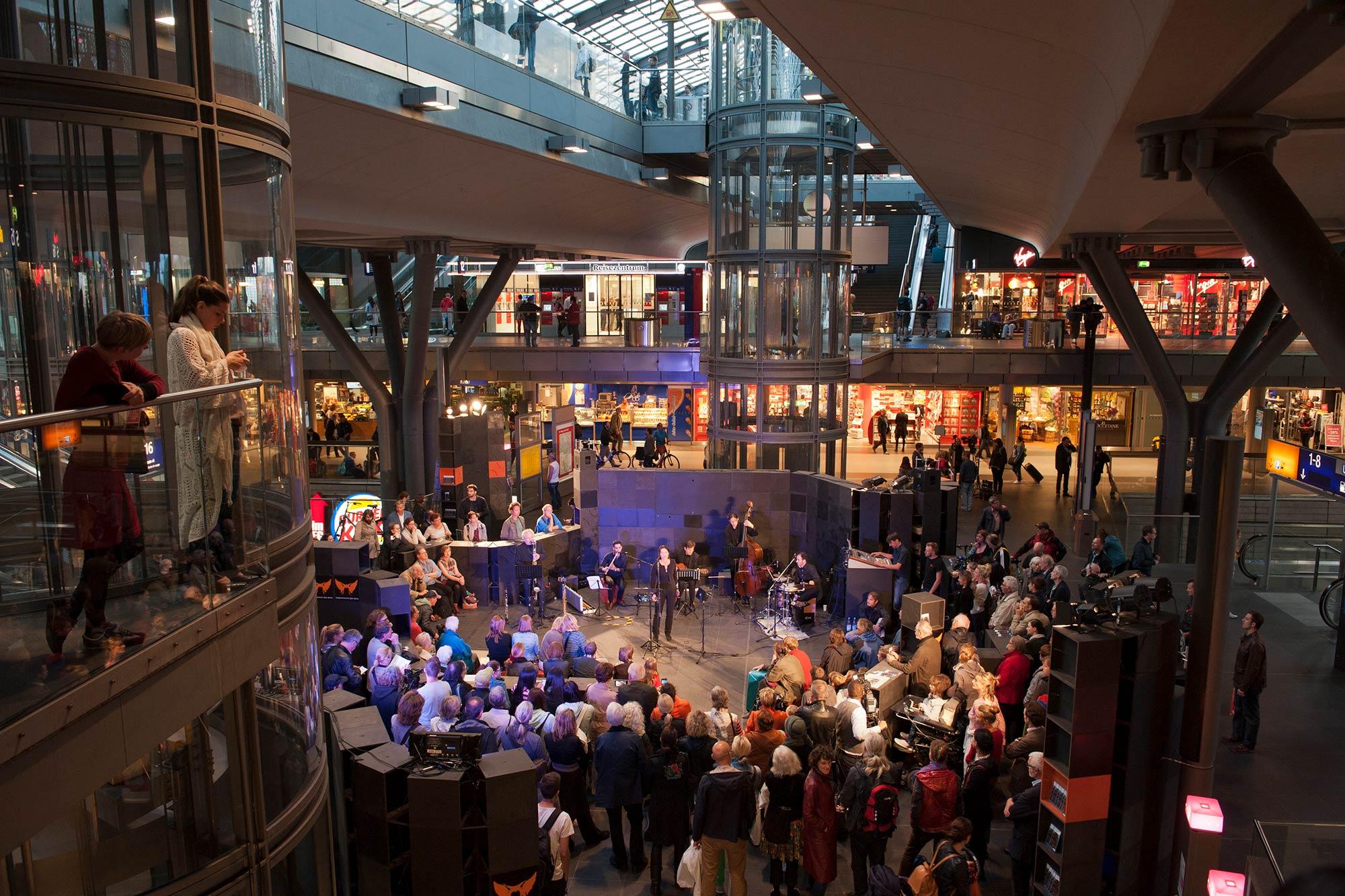 Festivaleröffning im Berliner Hauptbahnhof foto by Erik-Jan Ouwerkerk